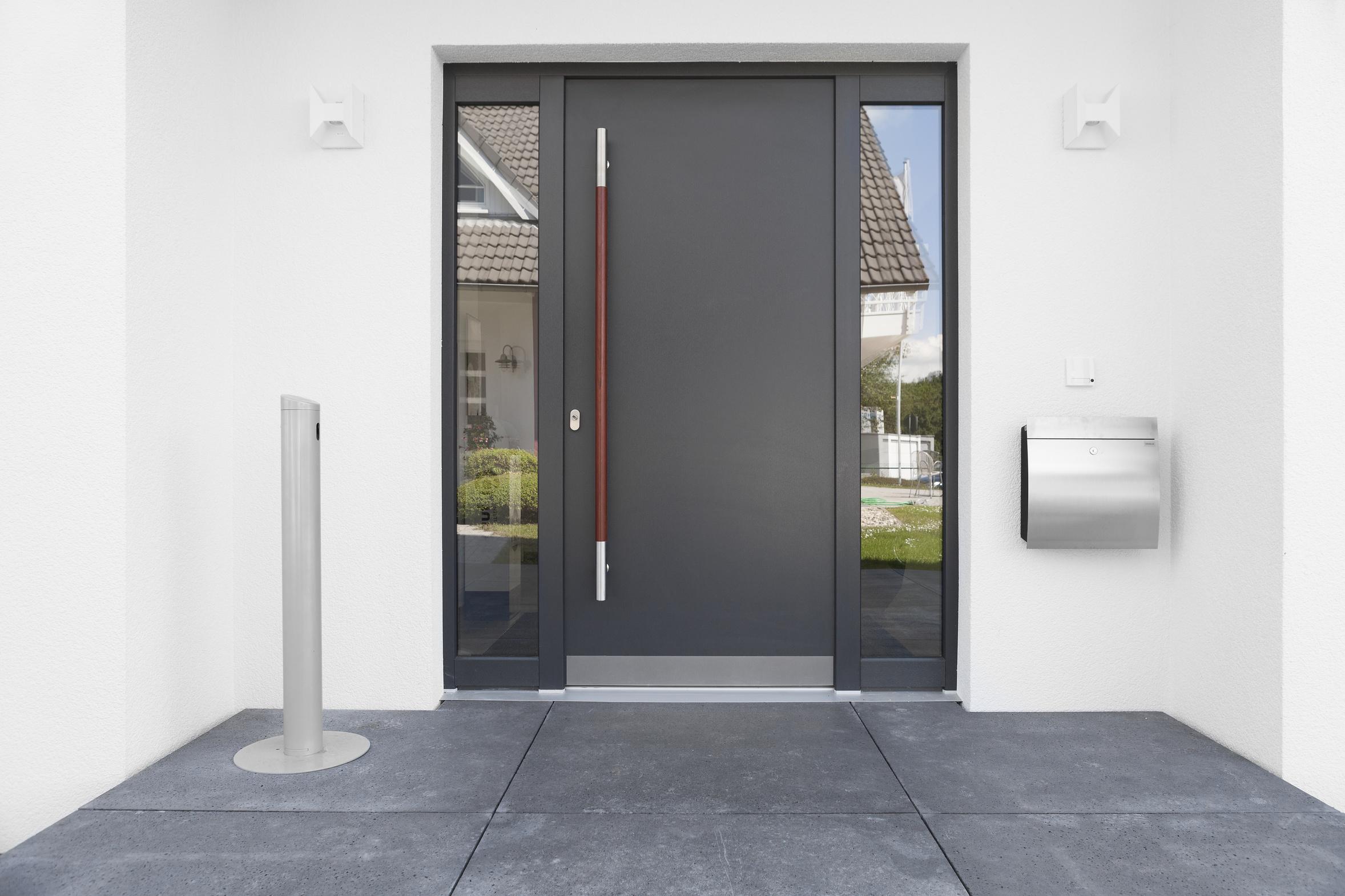 Wir bieten Ihnen den Einbau von Haustüren und Zimmertüren aller Art.
